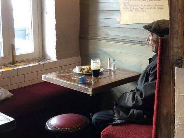 Un uomo e una birra. La solitudine da anti Covid raccontata in un foto