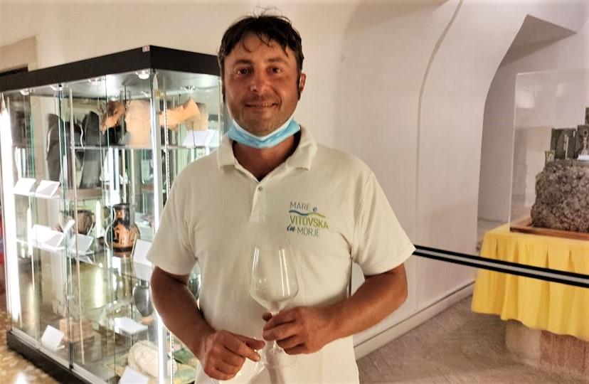 Matej Skerlj Produttori vino Doc Carso verso logo su bottiglie «Zona da difendere da Prosecco e Pinot Grigio»