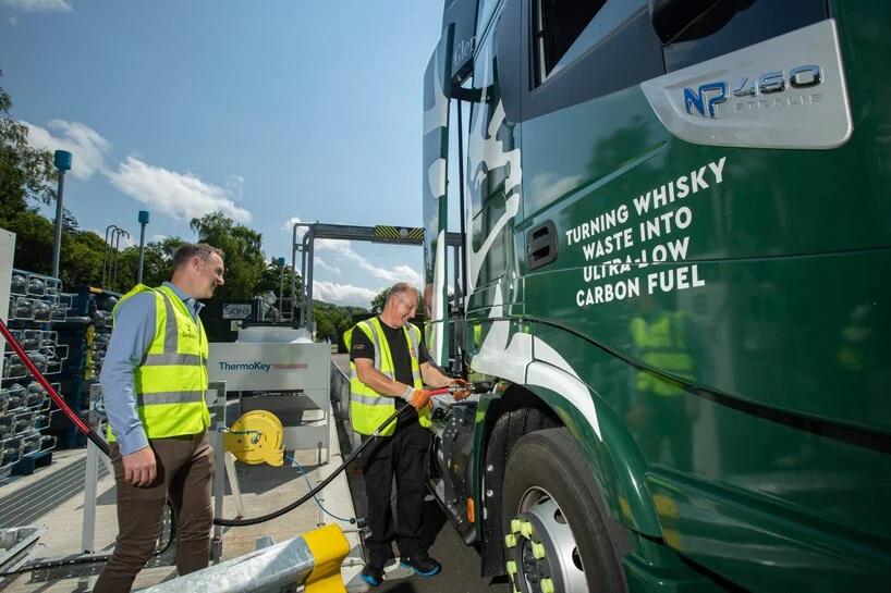 Sostenibilità: arrivano i camion ecologici che vanno a whisky