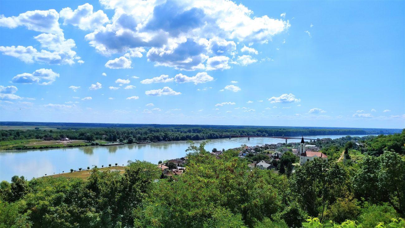 vista sul Danubio tra Croazia, Ungheria e Serbia dal monumento alla Battaglia di Batina